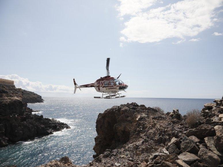 Helicóptero sobre la costa canaria