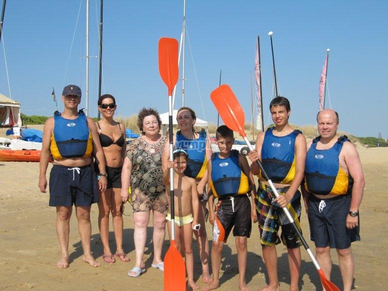 Grupo con remos de kayak
