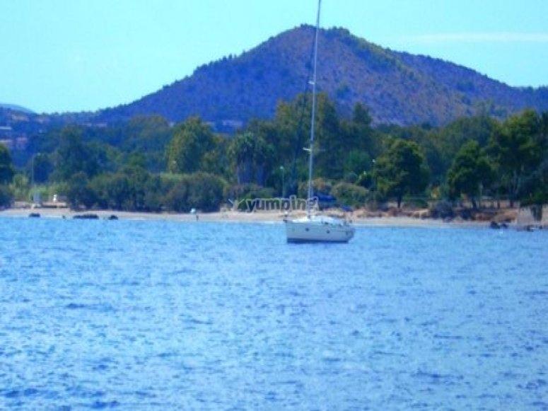 在水中的帆船。