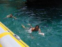 Nadando junto al barco