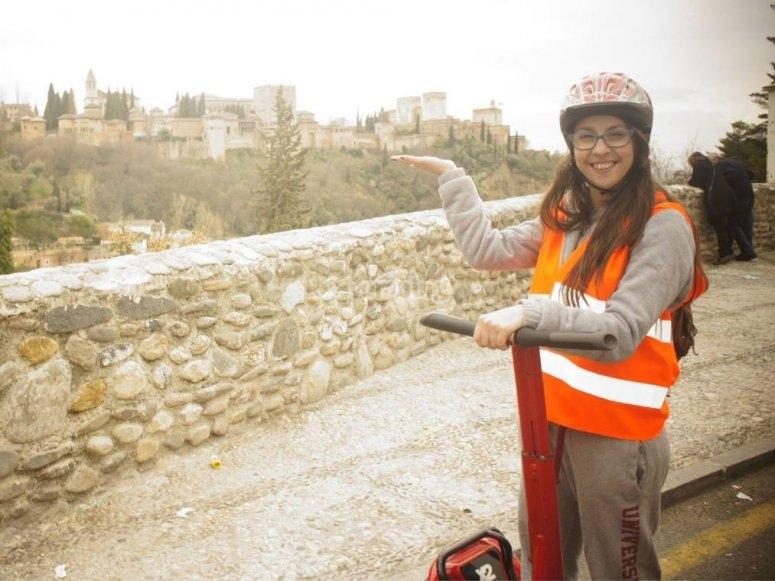 Sosteniendo Granada en la mano