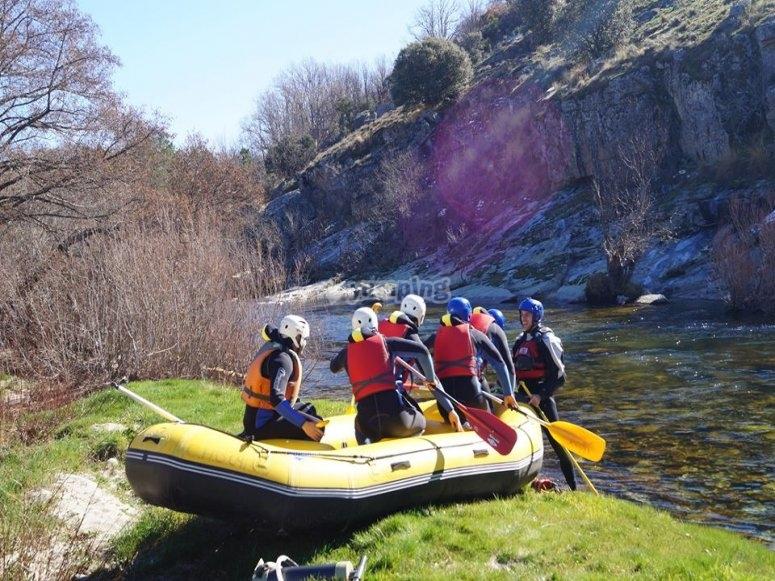 Metiendo el raft al rio Tormes