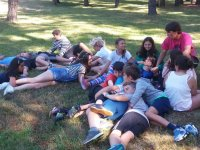 躺在草地上玩耍
