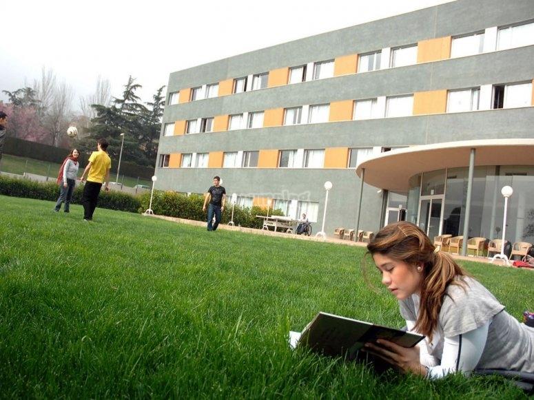 Leyendo en el patio