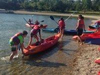 Metiendo los kayaks en el agua