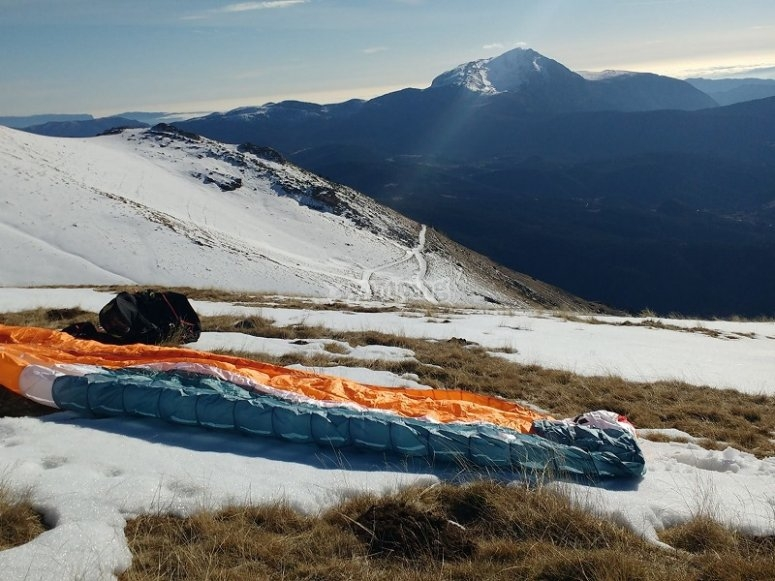 Paraglide in the snowy ground