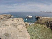 天堂SUP标志船,并在海湾表