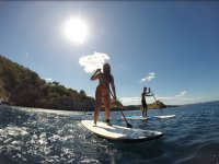 Remando en sup frente a la costa