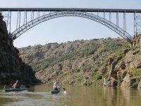 Remando para cruzar el puente