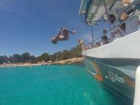 Saltando al agua desde el barco