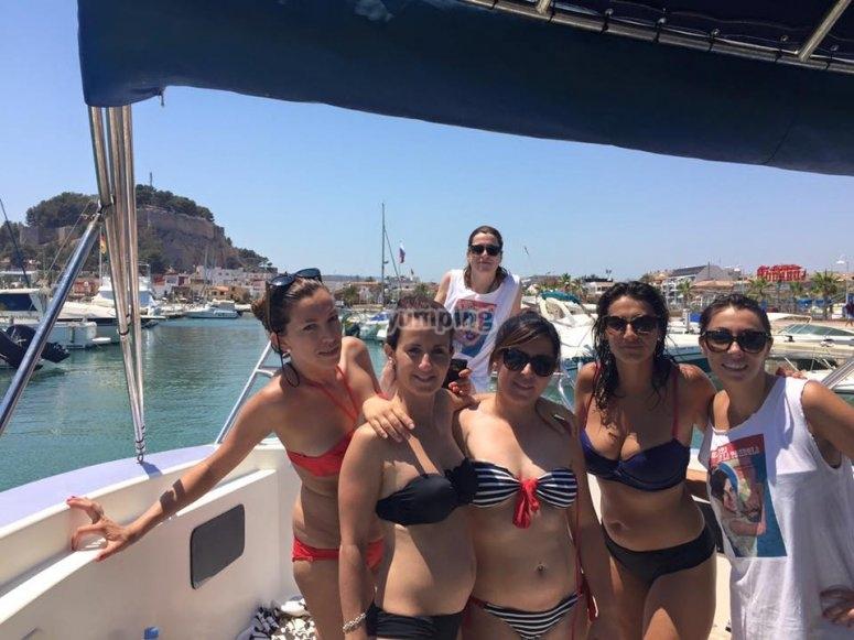 Grupo de chicas en el barco