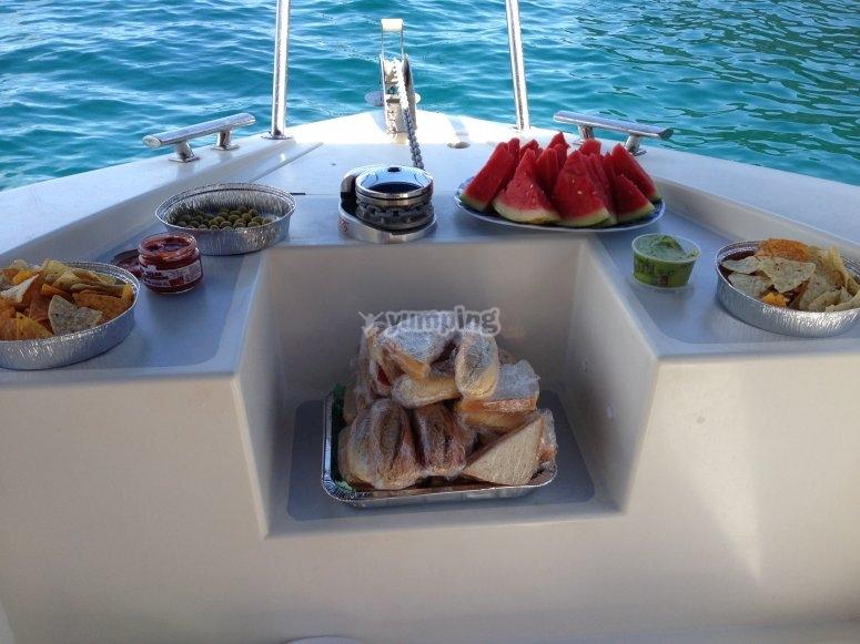 Picoteo variado en el barco