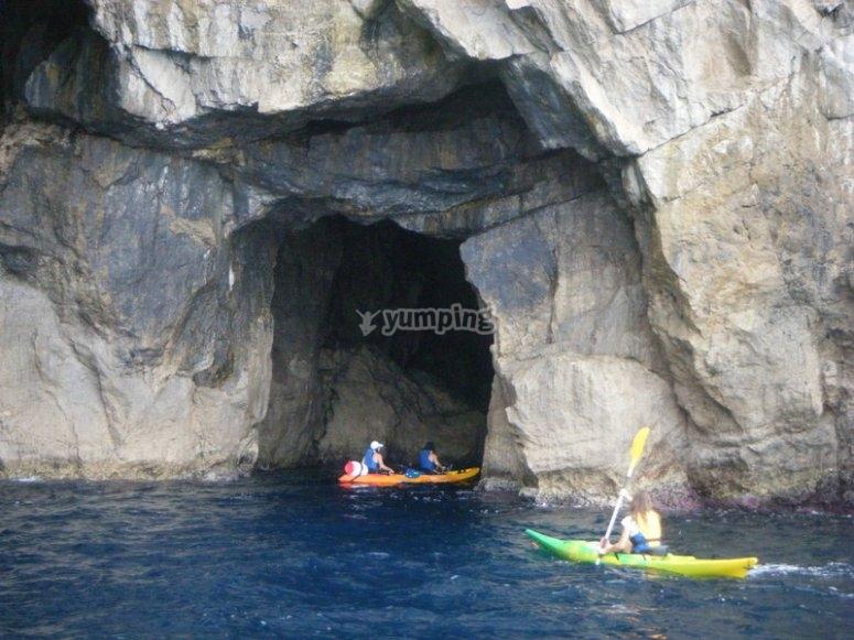 Entreremo nelle grotte in kayak
