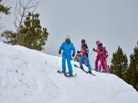 滑雪班的显示器旁边