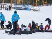 在雪地里滑雪的学生