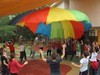 Jugando con el paracaidas de colores