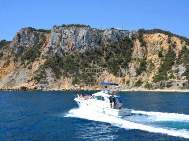 Passeggiando sulla barca di fronte a Javea