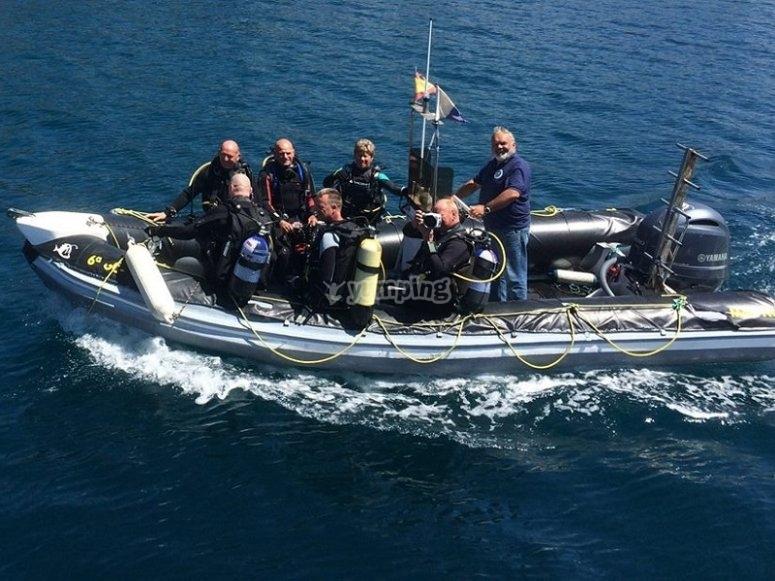 助手坐船到潜水潜水洗礼