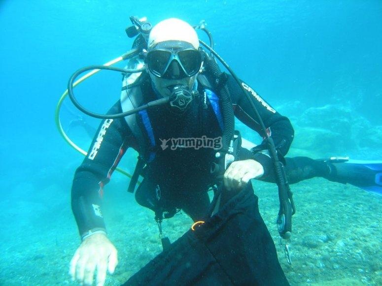 潜水潜水员在潜水全潜水装备夫妇