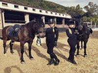 Jinetes junto a sus caballos