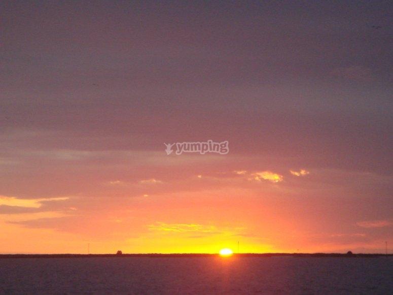 Maravilloso crepúsculo sobre el mar.