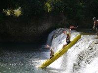 Descenso de la cascada en kayak