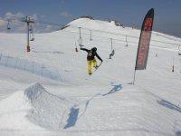 saltando con la tabla de snow