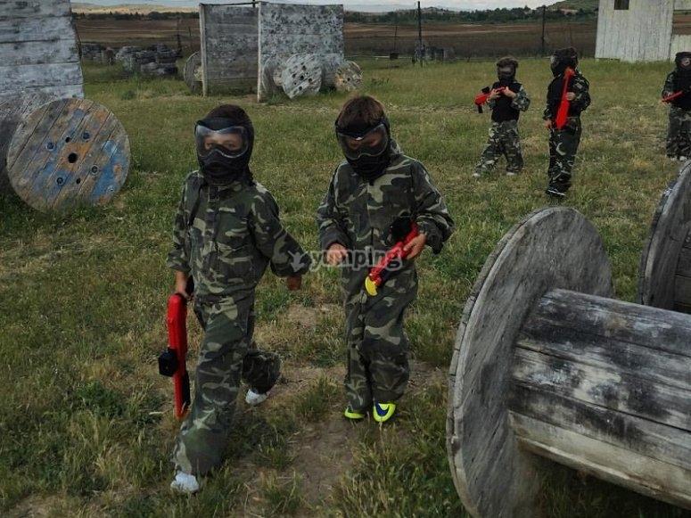 Jugadores jovenes de paintball