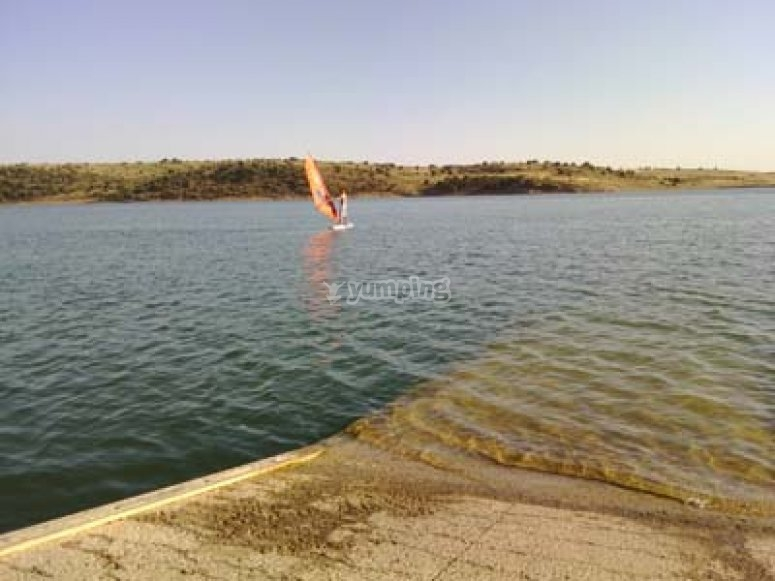 Probando el windsurf en el embalse