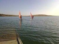 Navegando en el pantano con la tabla de windsurf