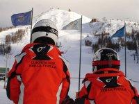 年轻滑雪者滑雪者连衣站