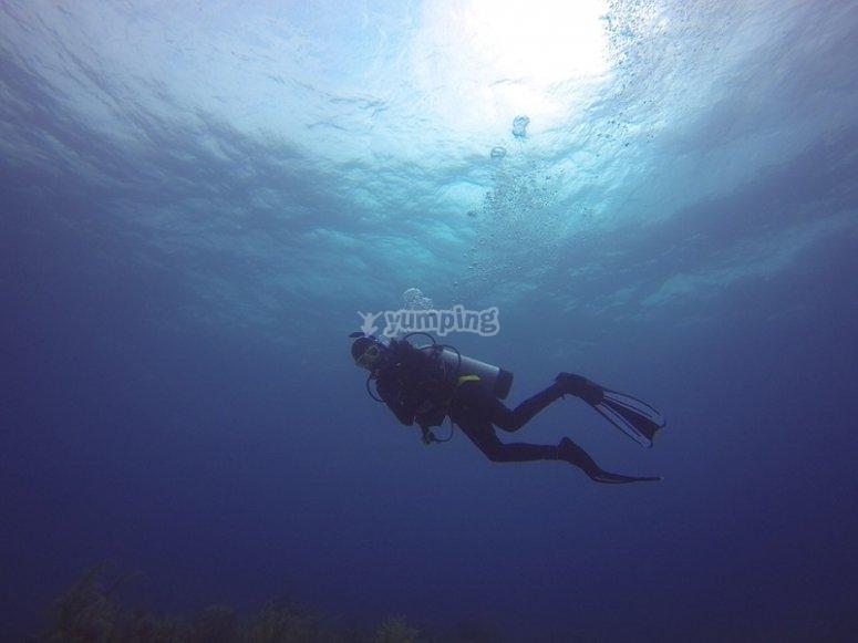 配备了潜水装备潜水设备齐全