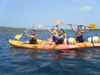 成人海湾的Fornells皮划艇和浮潜