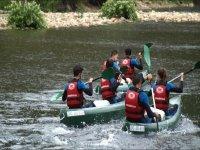 在皮划艇上划船