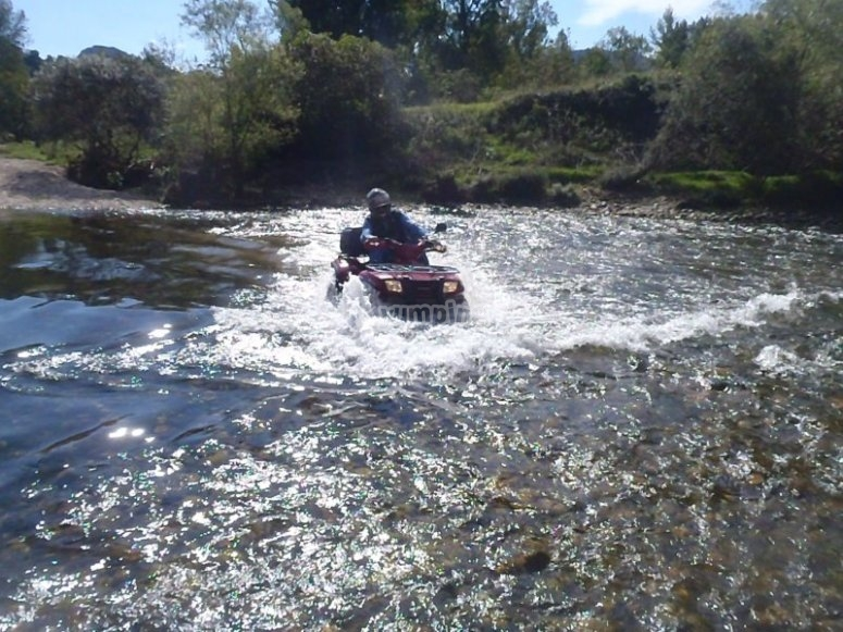 Cruzando el rio con el vehiculo