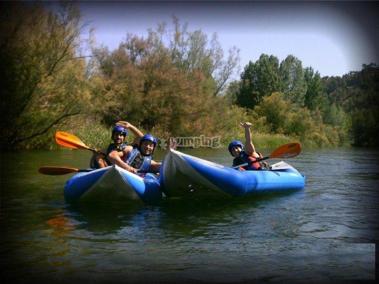 Montando en canoa raft