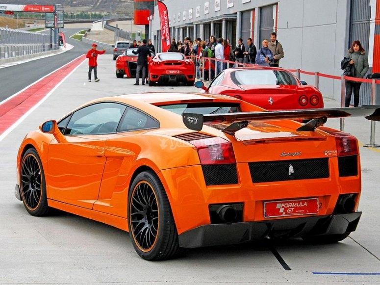 Pilota un Lamborghini en circuito en Madrid