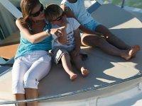 Madre con hijo a cubierta