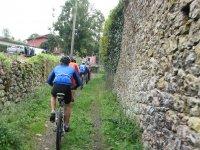 Pasando entre dos muros en bici