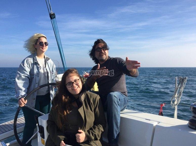 Godendo il giro in barca a vela