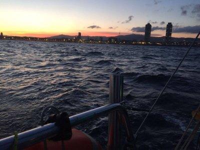 在独家2h,巴塞罗那的日落风船
