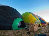 Montaje de globos en la zona de despegue