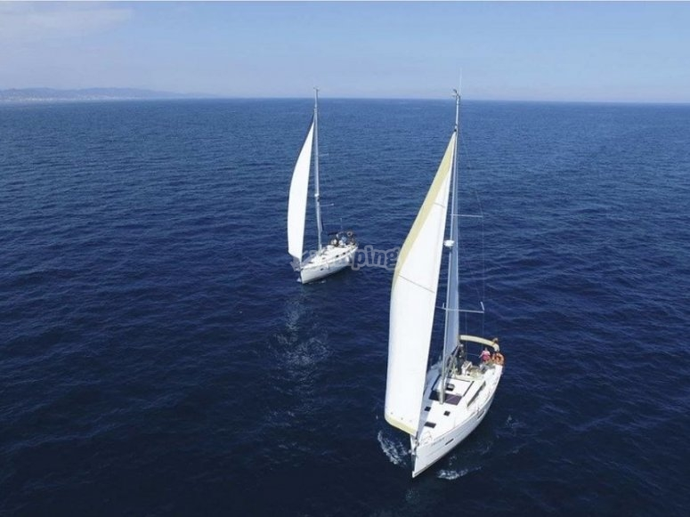 Barche a vela sul mare