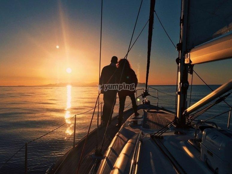 La coppia che contempla il tramonto