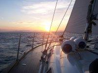 Asistiendo a la puesta de sol en el mar
