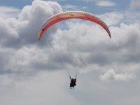 滑翔伞穿越云层