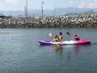 和小孩子一起划皮艇