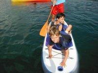 桨板上的孩子