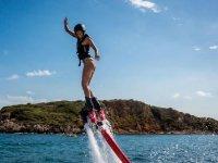 Chica probando nuestro flyboard
