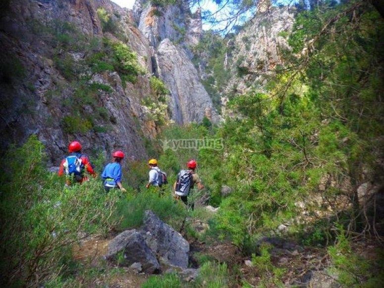 登山运动山沟Avanzando由干涸的河床
